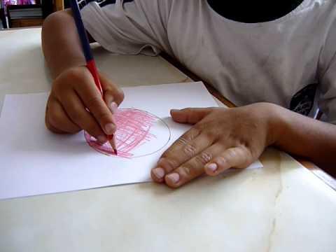 Niño De 4 Años Coloreado Del Círculo